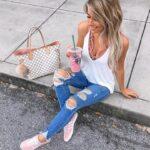 Bralette con jeans y tenis