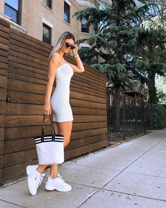 Faldas con abertura lateral y tenis