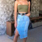 Ideas de outfits con blusa strapless y jeans con tenis