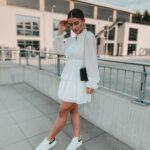 Ideas de vestidos blancos largos combinados con tenis