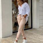 Outfits casuales con tenis para mujeres de 40