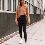 Outfits con leggins y tenis para mujeres maduras