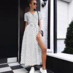 Vestidos largos combinados con tenis blancos